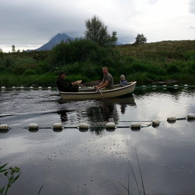 Ole-Gunvar, Pål Jacob og Benjamin i robåten for å sjekke slusa.